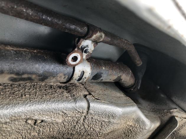 車 ガソリン 臭い 『車内でガソリンの匂いがします。ガソリンの給油口は右側で...』